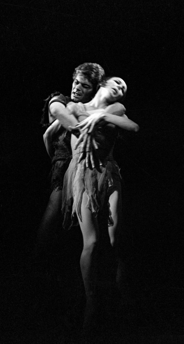 Róna Viktor és Orosz Adél a Spartacus című darabban. A páros fellépett a Pablo Picasso nyolcvanadik születésnapjára rendezett gálaesten is Nizzában.