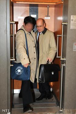 Hagyó Miklós ügyvédje társaságában érkezik az ellene és két társa ellen indított büntetőper tárgyalására