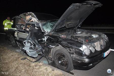Összetört jármű áll a baleset helyszínén, ahol súlyosan megsérült egy német rendszámú halottszállító jármű jobb első ülésén utazó utasa, amikor a jármű hátulról beleszaladt egy román rendszámú tehergépkocsiba az M5-ös autópálya Budapest felé menő forgalmi sávjában, Kiskunfélegyháza határában.