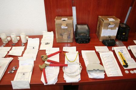 Manipulált villanyórák és az illegális átalakításhoz használt eszközök