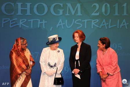 II. Erzsébet Bangladesh, Ausztrália és Trinidad és Tobago női miniszterenökeivel beszélget a közös csoportkép után