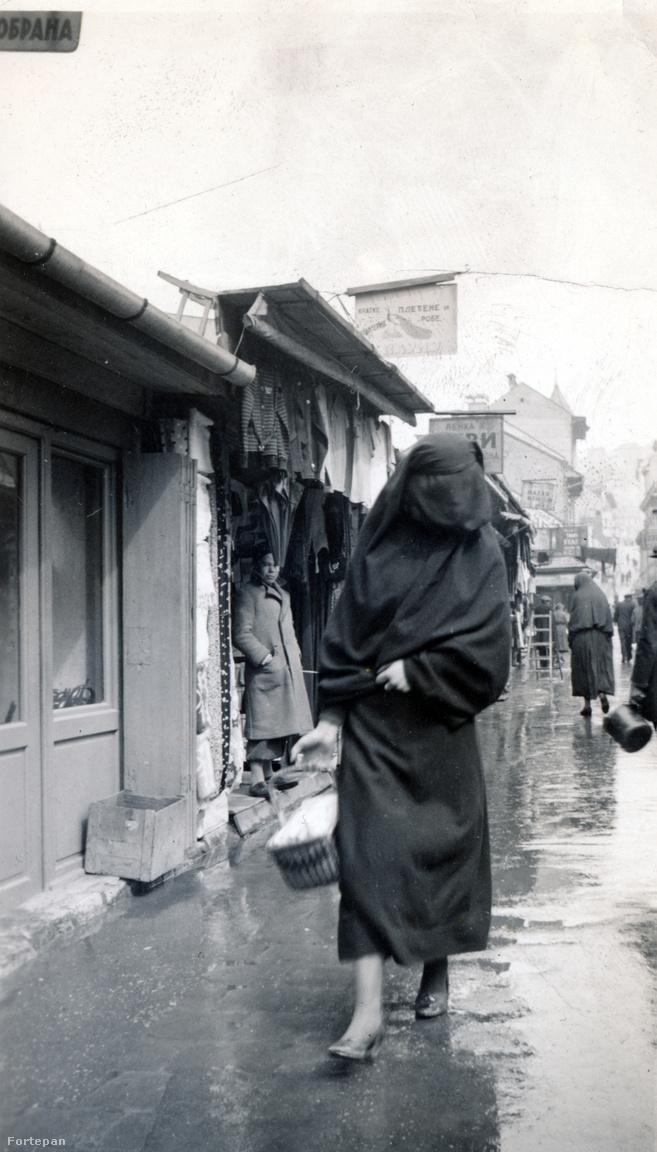 """""""A nők törökös bugyogóban járnak, félig lefátyolozott arccal"""" – írta meg az otthoniaknak Guthy Böske.Azt gyanítjuk, őt magát rejti a fekete lepel, amint szuvenírre vadászik a bazárban."""