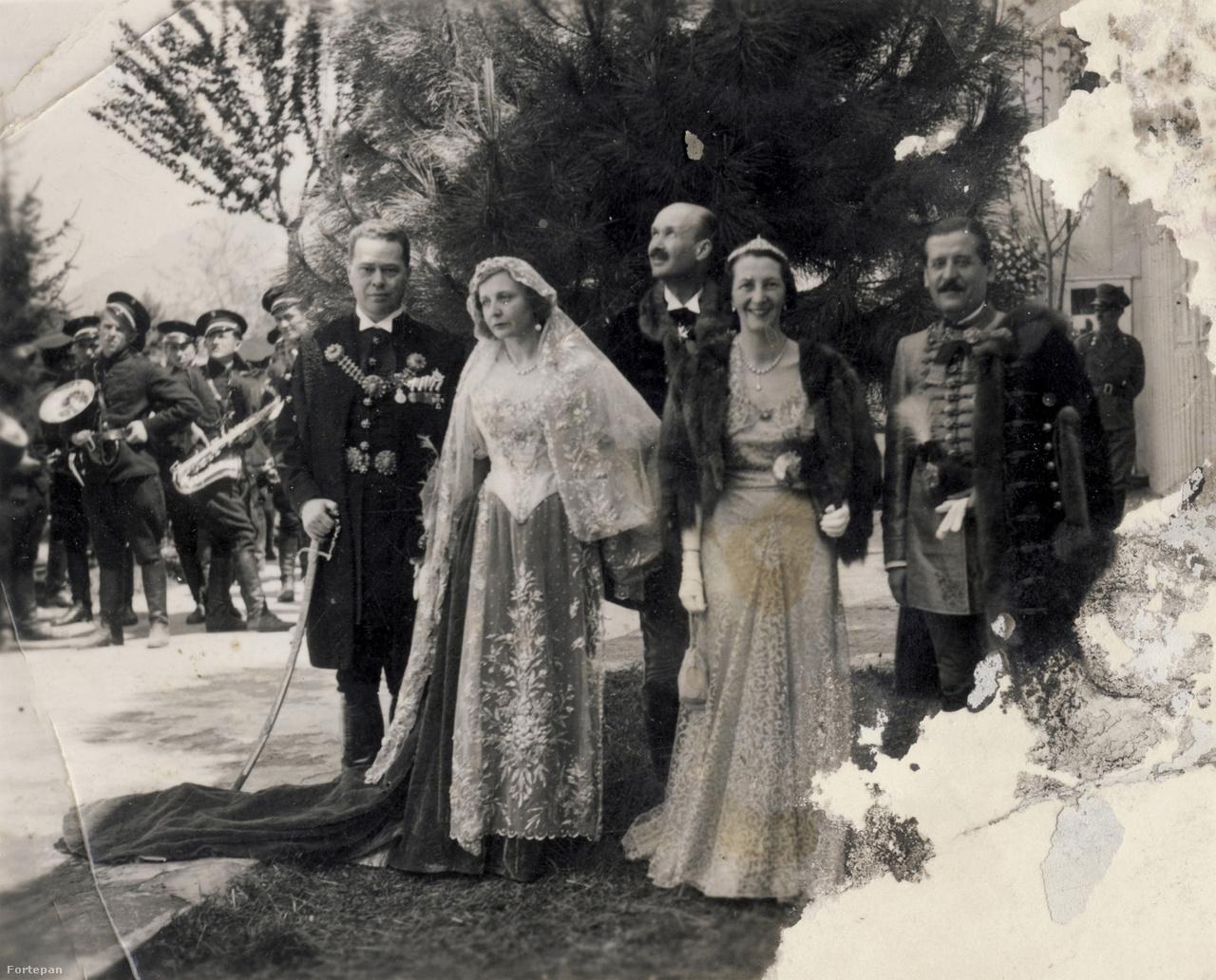 """Geraldine díszmagyarba rokonai az esküvőn.                         Tirana szűk lett a sok vendégnek.""""Egy-egy kis szálloda vendégkönyve valóságos gótai almanach. Soha nem látott fény és gazdagság költözött a vidékies hotelek szimpla falai közé"""" – panaszkodott a fodrászt sem kapó Guthy Böske az olvasóknak."""
