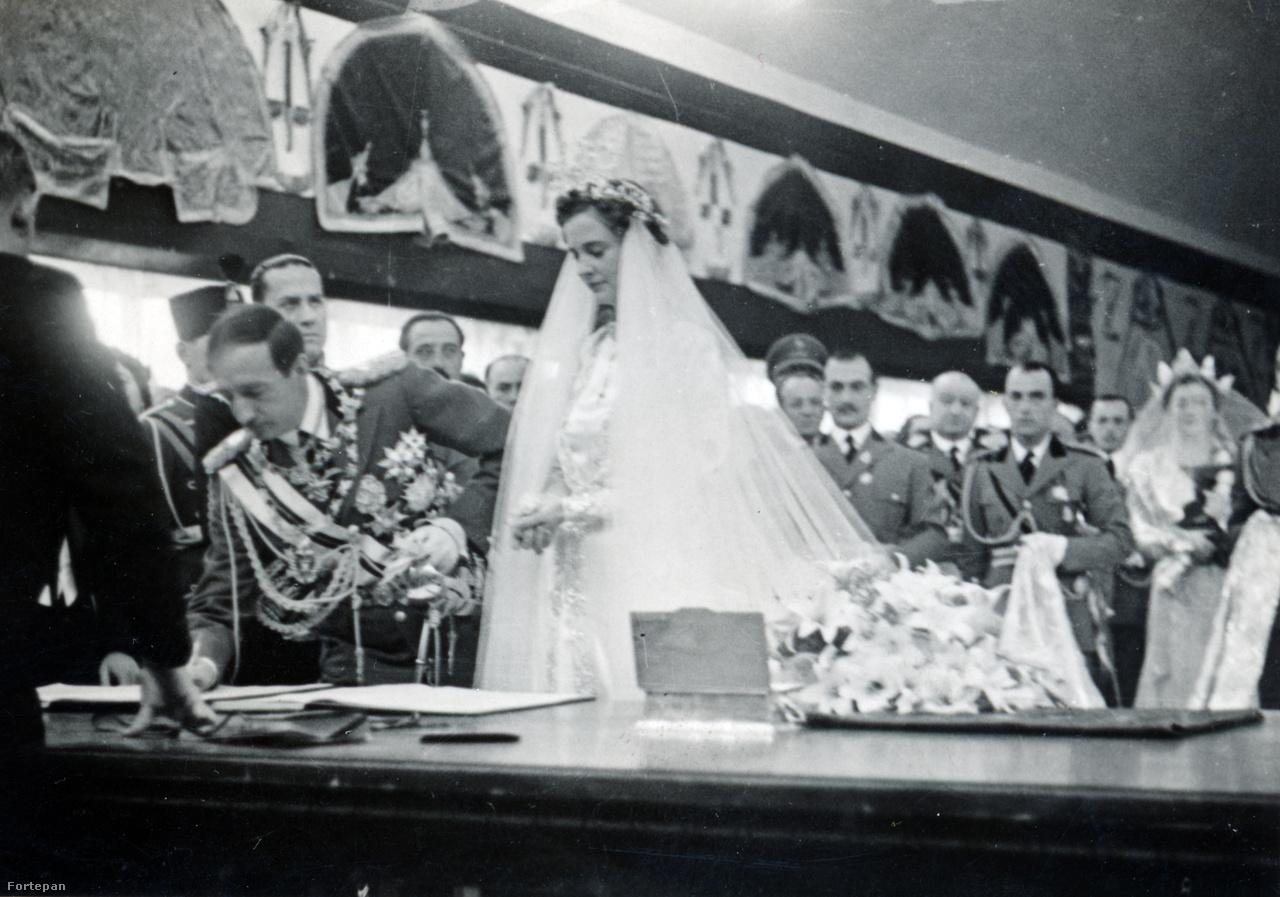 """""""A király és a tanuk aláírják a házassági jegyzőkönyvet""""– áll a több képből álló sorozat alatt a lapban.Zog tanui Ciano gróf olasz külügyminiszter és a sógora, a királynéé báró Villáni Frigyes nagykövet és Apponyi Károly grófok voltak. Villáni hozta a magyar kormány ajándékát, a lipicai méneket és a két fogatot. A magyar kormányzói pár régi herendi porcelánkészletet, Hitler egy (az angliai emigrációba is velük tartó) Mercedes-t, az olasz király jachtot küldött nászajándékul."""