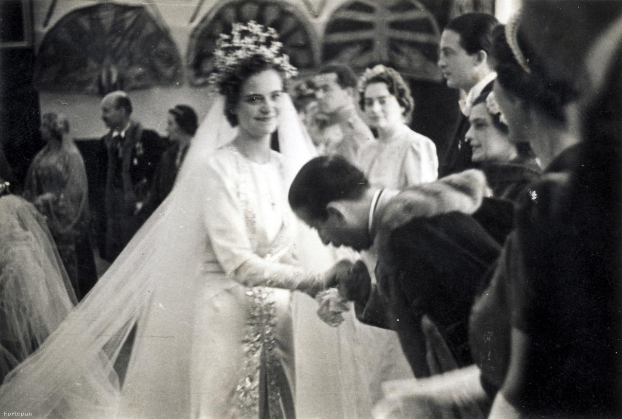 Az új királyné fogadja az esküvő utáni gratulációkat.                         Geraldine ruhája is Chaneltől érkezett, briliánsokkal díszített, Skander bég kecskefejjel díszített koronáját ábrázoló diadémját a királytól kapta.