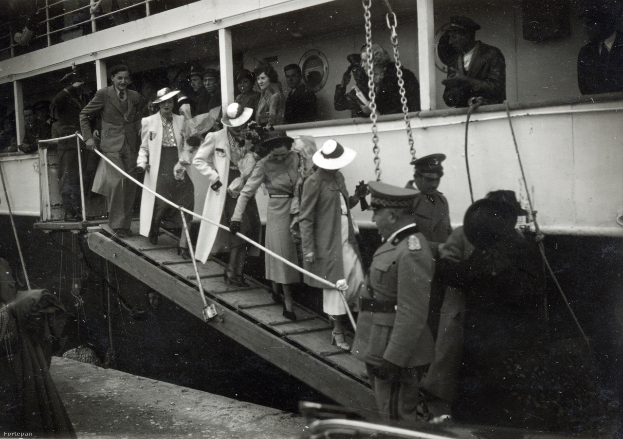 """A magánrepülőn érkező néhány vendég kivételével a legtöbben hajón jöttek Bariból, és Durazzoban léptek albán földre. Onnan negyven kilométeres rossz, de festői út vitt """"az erősen keleti jellegű"""" Tiranába."""