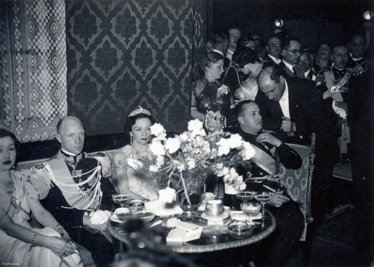 """""""A tiszti kaszinó bálján. Maxhidje hercegnő [a király egyik testvére] Ciano gróffal [a padon jobbra] és a bergamói herceggel""""– írta a Szinházi Élet a kép alá.Az olasz jelenlét fokozódott. 1939-ben, egy évvel a királyi házasságkötés után, és pár nappal fiúk, Leka születése után, Mussolini csapatai megszállták Albániát. A királyi családnak menekülnie kellett. Az emigráció Zognak örökre szólt: két évtizedes angol, francia és egyiptomi vándorlás után 1961-ben meghalt. Ezután fia, Leka Albánia királyává nyilvánította magát, de kommunista népköztársasággá lett Albániában ez kevés visszhangot vert. A család ezután Madridba költözött, de 1979-ben Spanyolország kiutasította őket, miután fegyvert találtak a birtokukon. A következő állomás Dél-Afrika volt, az egykori királyné 2002-ben innen tért haza Albániába fiával, menyével és unokájával együtt. Pár hónappal később meghalt, Tiranában temették el."""