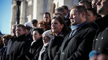 Közösen állt ki a Jobbik Gyurcsánnyal a Parlament lépcsőjére