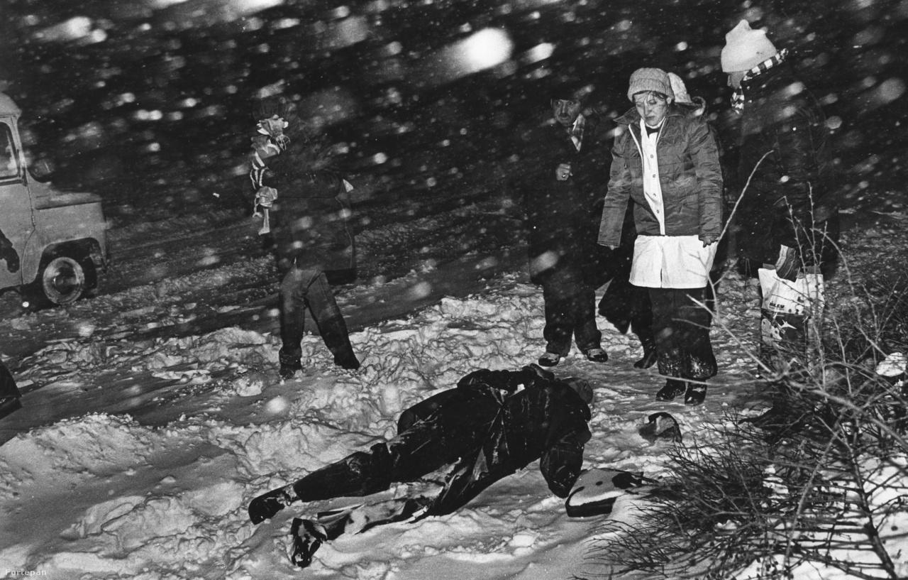 A közel 20 C fokos hidegben megfagyott Puskás Mátyás (72) a egy megállóban(Az orvosnő: Dr Mányoki Lívia)