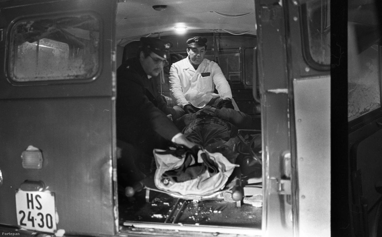 Vaszary Béla mentőtiszt a honvédségtől kapott mentőautóban