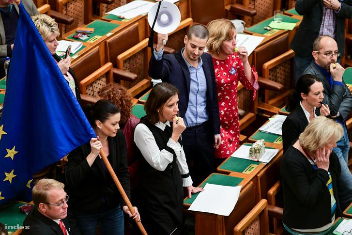 Ellenzéki képviselők tiltakoznak a túlóratörvény elfogadása ellen a Parlamentben 2018. december 12-én