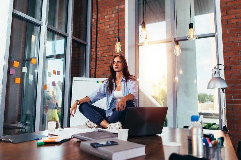 Ha ülőmunkát végzel, különösen fontos, hogy minél többet mocorogj nap közben. Állj föl, amikor csak tudsz, járkálj, válaszd a lépcsőt a lift helyett, és, amikor az asztalnál ülsz, mozgasd a lábad, néha nyújtózkodj. Így növelheted a nyugalmi kalóriaégetést, egyúttal felpörgetheted az anyagcserét.