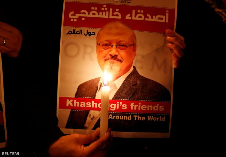 Tüntető tartja Dzsamál Hasogdzsi képét az isztambuli Szaud-Arábiai konzulátus előtt 2018 október 25-én