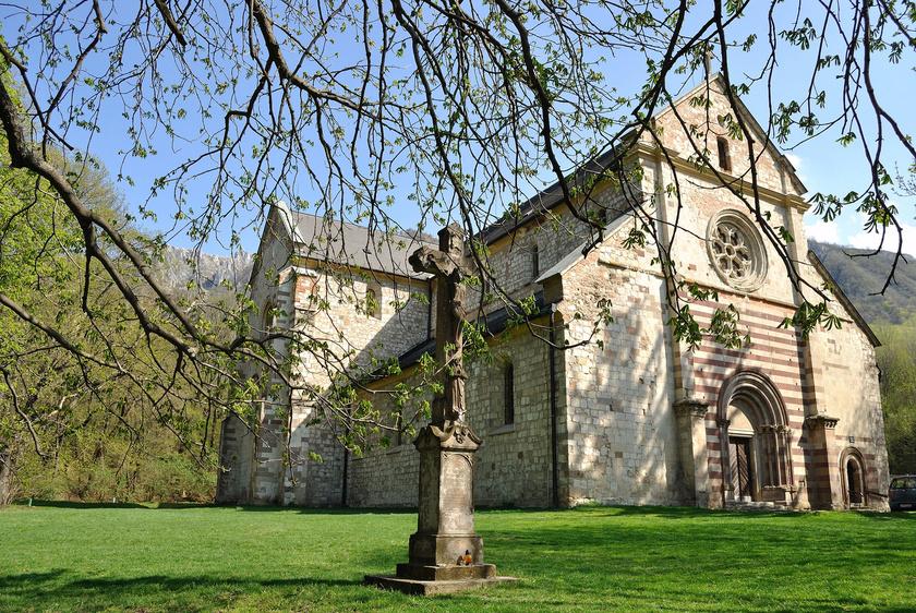 A Bélkő-hegyen tett túrák során érdemes útba ejteni a bélapátfalvi ciszterci kolostort is: ez az egyedüli épen maradt, középkori, román stílusú ciszterci apátsági templom.