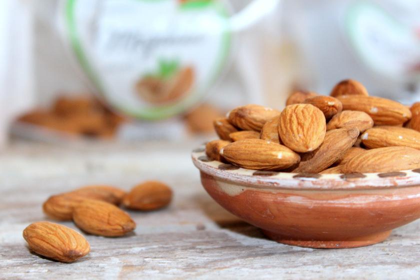 Mandula:nemcsak tápláló, hanem finom ellenszere is az émelygésnek B-vitamin-tartalma miatt.