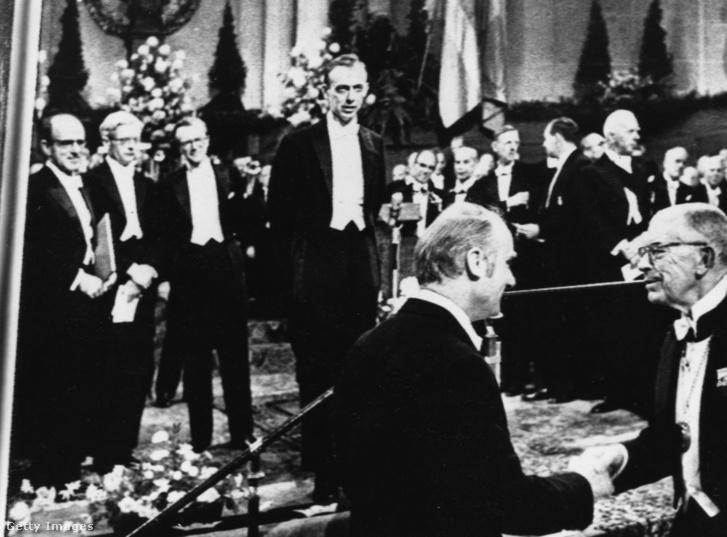 James Watson és Francis Crick átveszik a Nobel-díjukat, amit a DNS szerkezete kutatásért kaptak Svédországban, 1962-ben