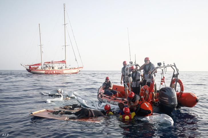 A spanyol NGO Proactiva Open Arms civil szervezet tagjai mentenek ki egy 40 éves kameruni nőt a Földközi-tengerből, 85 mérföldre Líbia partjaitól 2018. július 17-én