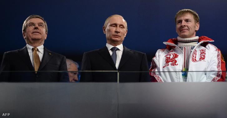 Tomas Bach, Vlagymir Putyin és Alekszandr Zubkov kétszeres aranyérmes bobos a téli olimpia záróünnepségén Szocsiban, 2014. február 23-án
