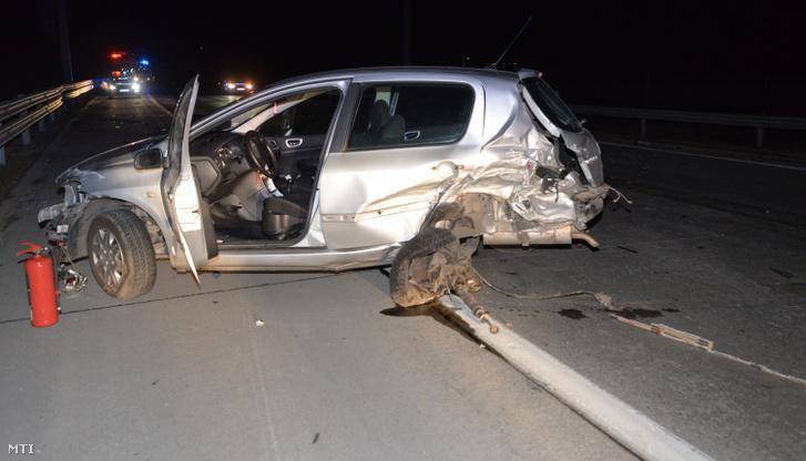 Összetört autó december 31-én este az M0-ás autóúton, Üllő külterületén, ahol két autó összeütközött. Az egyik jármű sofőrje kiszállt, őt elütötte egy érkező autó. A nő a helyszínen meghalt