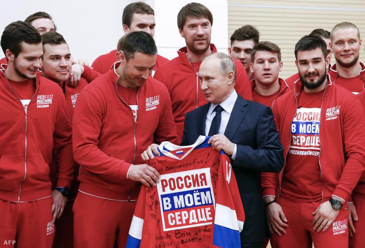 Putyin és a Phjongcsangba készülő orosz hokicsapat tagjai Moszkvában 2018. január 31-én