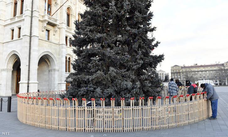 2016 karácsonyára is kerültek szánkók a karácsonyfa köré. A képen az látható, hogy az Országgyűlés Hivatala munkatársai bontják az ország karácsonyfáját a Kossuth téren 2017. január 9-én.