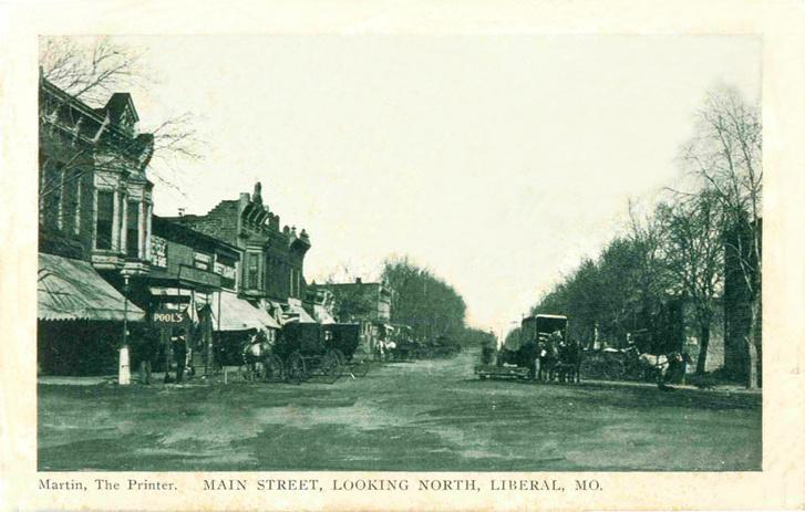 1909-es képeslap, Liberal város fő utcájáról