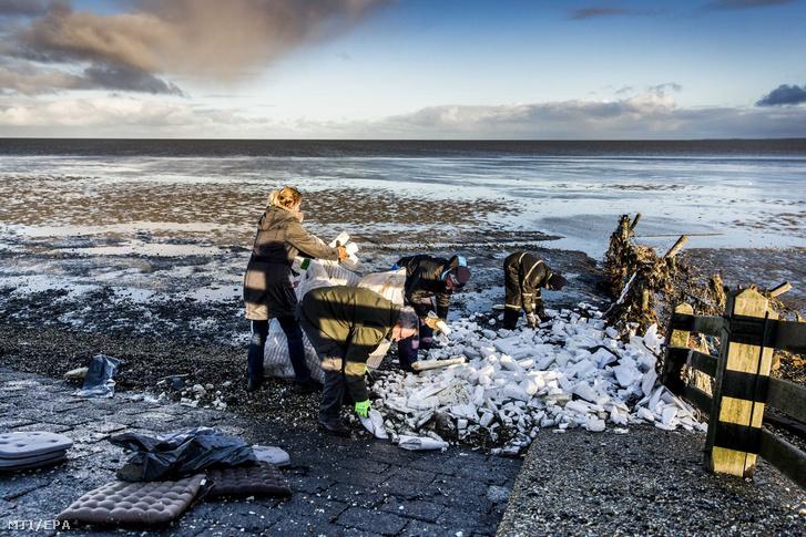 A Zoe konténerhajó rakományának partra mosott darabjait szedik össze önkéntesek a hollandiai Moddergatnál 2019. január 3-án.