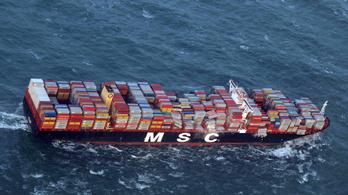 Tengerbe pottyant a világ egyik legnagyobb konténerhajójának rakománya