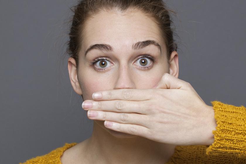 Ha rossz a leheleted, lehet, hogy nem eszel eleget. A szájszag oka ugyanis a ketózis nevű anyagcsere-folyamat is lehet. Amikor a szervezet nem jut elég glükózhoz, akkor a zsírraktárakból nyer energiát, ez a ketogén diéta alapja. Azonban a folyamat melléktermékeként felgyűlő ketonoknak köszönhetően acetonszagúvá válhat a lehelet.