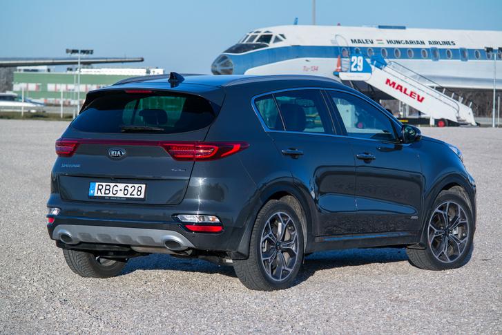 Hátulról elég szokványos, ha azt mondanák, hogy Ford vagy Opel, azt is elhinném