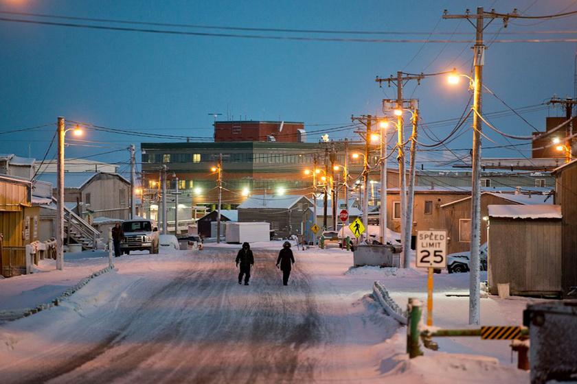Barrow 2100 km-re délre fekszik az Északi-sarktól, 515 km-re északra az északi sarkkörtől. A tundra éghajlata miatt a város alatt egész évben 400 méteres mélységig fagyott a talaj.