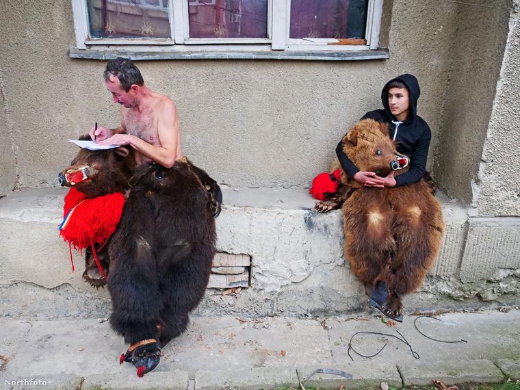 Kománfalva román neve Comănești, a település Bákó megyében, Moldva tartományban, az ország ékszak-keleti részén található