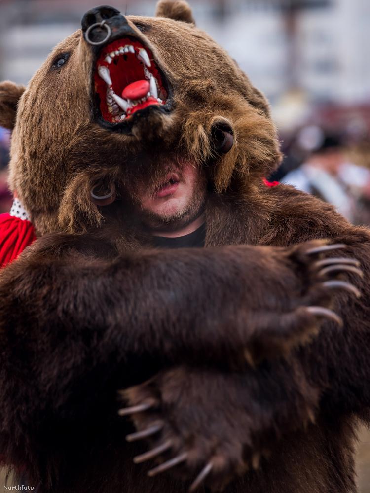 A hagyományos ünnepen annak idején igazi medvéket is táncoltattak.