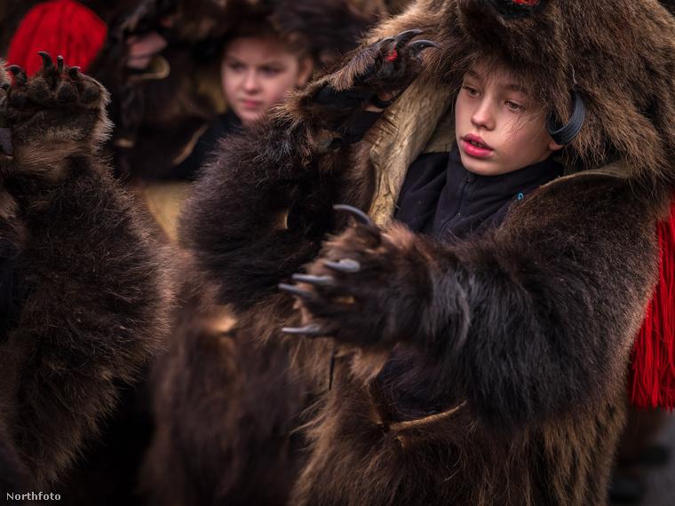 Van, ahol év közben tartják a felvonulást, Kománfalván most a két ünnep között volt, mert általában a karácsonyhoz-újévhez kapcsolódik.