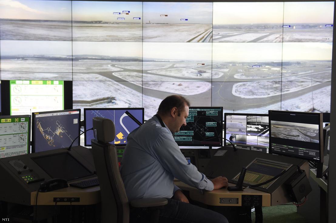 Liszt Ferenc-repülőtér forgalmát mutató monitorok a HungaroControl Igló utcai központjában