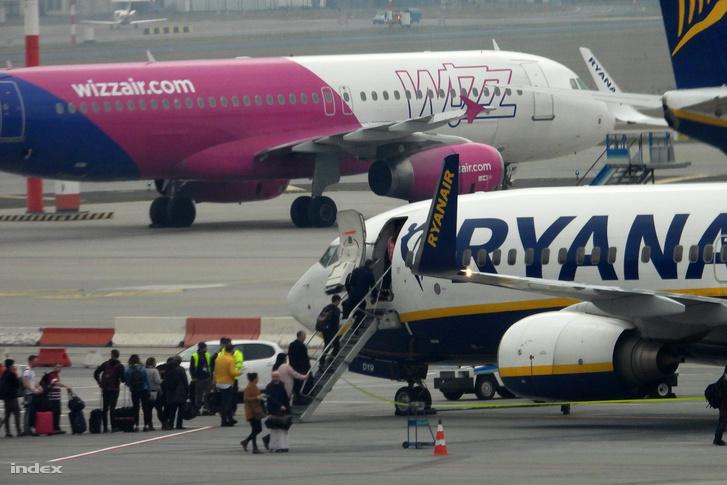 Ferihegyi repülőtéren utasok szállnak fel a Ryanair menetrendszerinti járatára 2018. november 14-én