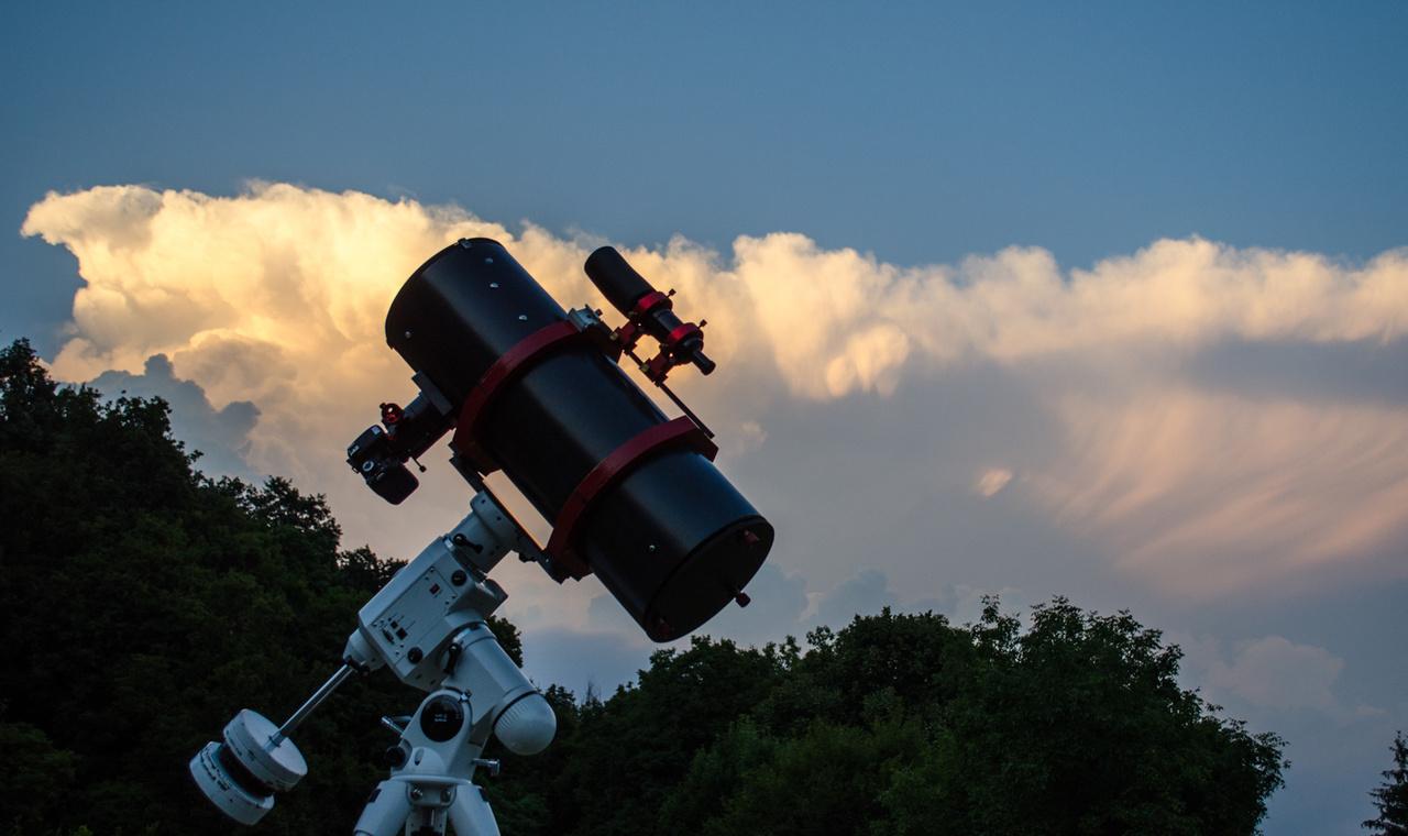 """Bagi László műszerparkjának zászlóshajója, egy Newton asztográf. """"Az asztrofotókat fényérzékeny távcsövekkel készítjük. Jelenleg két távcsővel dolgozom attól függően, hogy mit fényképezek. A nagyobb felbontású témákat egy egyedi építésű asztrográf segítségével készítem. Ez egy Newton 200/800-as F/4-es fényerejű tükrös távcső. Ha nagyobb kiterjedésű ködösséget fotózok, akkor a Skywatcher prémium minőségű távcsövét, egy 80/400-as triplet apokromátot használok. A képrögzítést jelenleg egy asztrofotózásra tervezett Atik One6 CCD kamerával végzem."""""""
