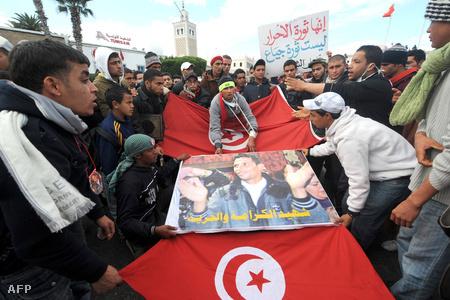 Fiatalok Mohamed Bouazizi arcképével