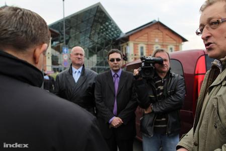 A kép jobb oldalán Márton Imre, a Porto képviselője, szemben az önkormányzat megbízottai