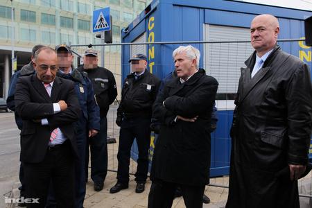 A főváros jogi stábja a közterület-felügyelőkkel a háttérben