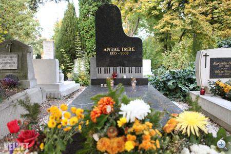 2008. április 15-én rákban hunyt el Antal Imre. A 73. életévében, ápriliis 15-én elhunyt Antal Imrét majd kétszázan kísérték végső útjára.