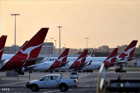 Sydney, 2011. október 29. A Qantas ausztrál légitársaság utasszállító gépei parkolnak az ausztráliai Sydney repülőterén.