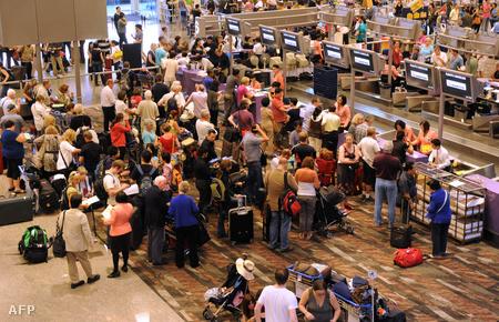 Tumultus a Qantas check-in pultjainál a szingapúri repülőtéren.