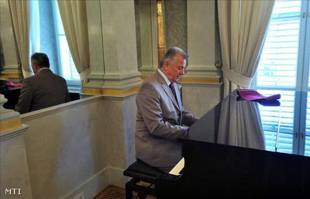 Budapest, 2011. május 7. Schmitt Pál köztársasági elnök egy magyar dalt zongorázik a Sándor-palotában, ahol fogadta az Európai Tanács COREPER (Comité des représentants permanents, Állandó Képviselők Bizottsága) diplomatáit.