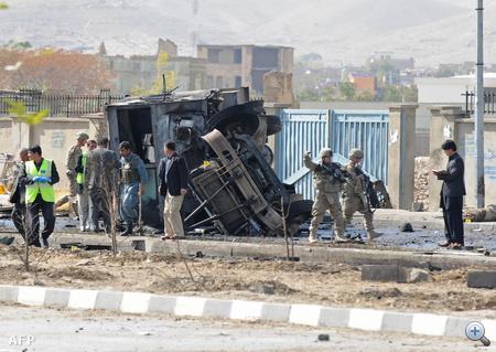 Legkevesebb tizenhárom külföldi katona és négy afgán halt meg szombaton Kabulban a NATO vezette nemzetközi biztonsági erők (ISAF) egy autóbusza ellen elkövetett öngyilkos merényletben.