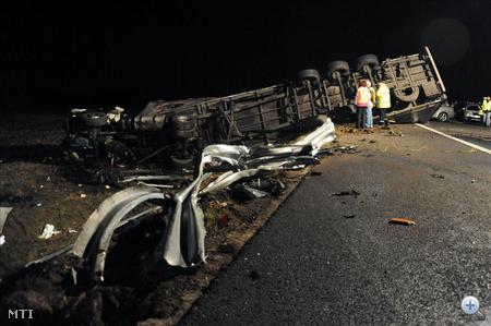 Az egy utason kívül a kamion sofőrje maradt életben, súlyos sérülésekkel a mentők őt is a szegedi traumatológiai klinikára szállították