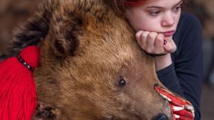 Ezen a román népünnepen igazi medvebőrökbe bújnak