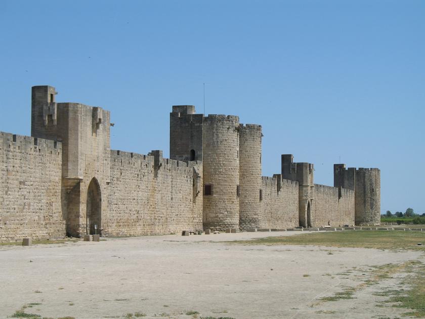 A város első tornyát, a Matafère-tornyot 791-ben építették a mocsárban a halászok és a sómunkások biztonságáért és a tájékozódáshoz. Maga a fal pedig az 1200-1300-as években épült meg.