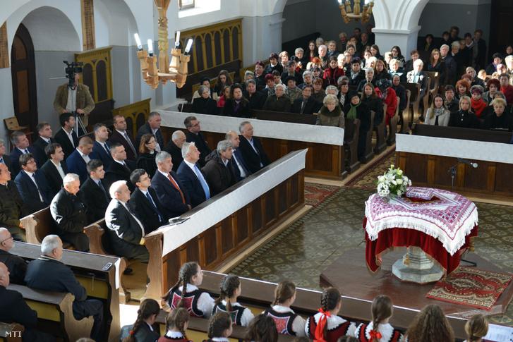 Semjén Zsolt miniszterelnök-helyettes (balról az első sor b4) és Olosz Gergely az RMDSZ volt parlamenti képviselője (j2) a felújított református templom újraszentelésén az erdélyi Zágonban 2018. november 11-én.