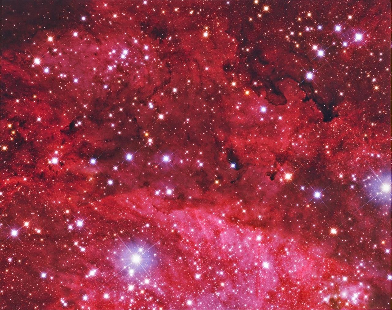 Egy másik nyári Tejút-részlet. A hosszú expozíciós felvétel megmutatja nekünk galaxisunk teljes részletességét és színeit.